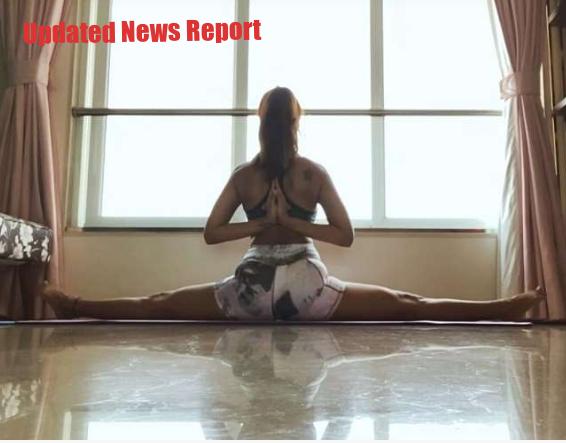Esha Gupta is doing yoga exercises amid lockdown